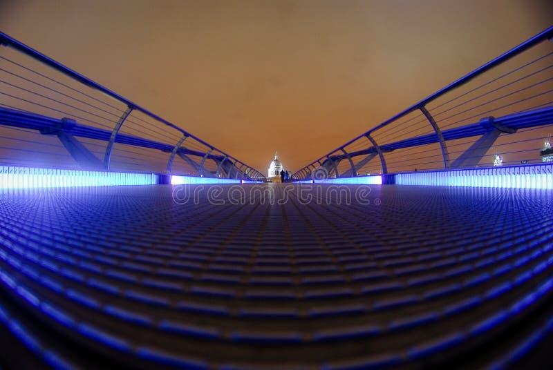 Le pont de millénaire mène la cathédrale de St Paul photo libre de droits