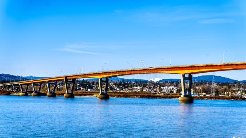 Le pont de mission au-dessus de Fraser River sur la route 11 entre Abbotsford et mission avec la neige a couvert le bâti Robie Re photo stock