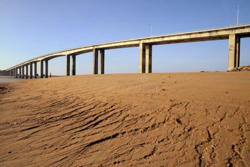 Le pont de Noirmoutier vu de la plage photos libres de droits