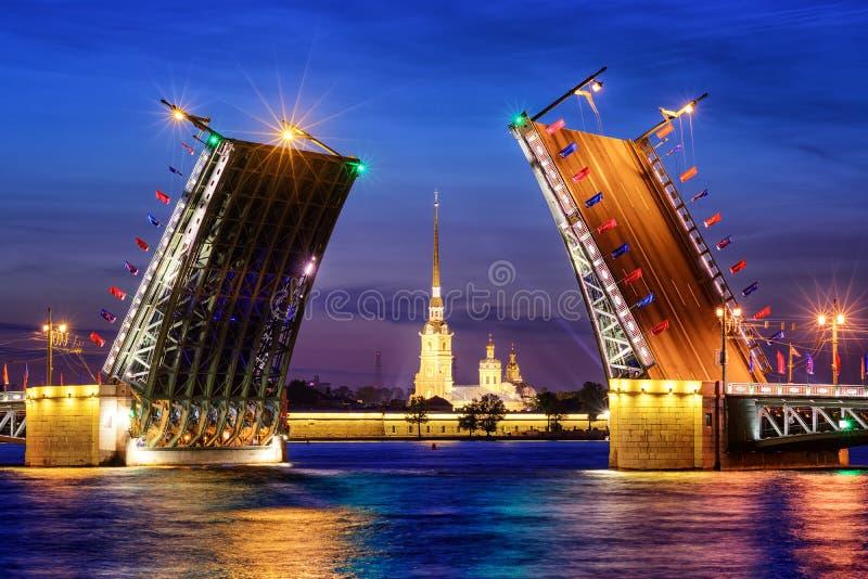 Le pont de palais sur la rivière de Neva, St Petersburg, Russie images libres de droits
