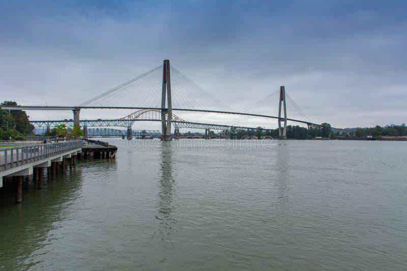 Le pont de Patullo à nouveau Westminster, la Colombie-Britannique, Canada de Quay regardant à Fraser River et au pont de skytrain photographie stock libre de droits