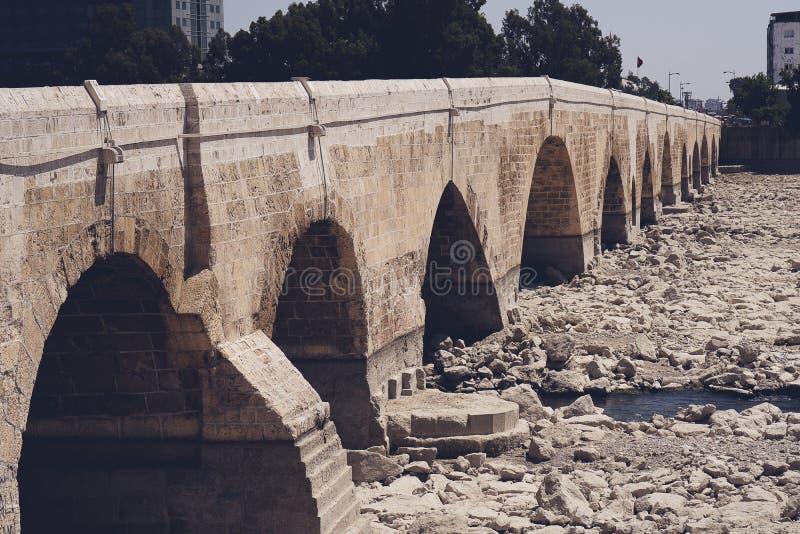 Le pont de pierre d'Adana, Turquie images stock