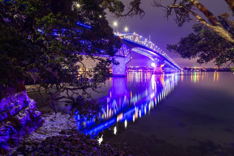 Le pont de port d'Auckland, Nouvelle-Zélande, la nuit, vu de charge le point photos stock