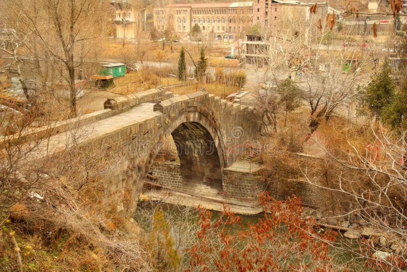 Le pont de Sanahin avec le chiffre du chat dans la région de Lori, Arménie photographie stock libre de droits