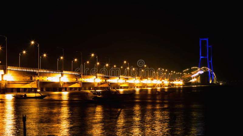 Le pont de Suramadu au crépuscule, Sorabaya, Indonésie Est les longes images stock