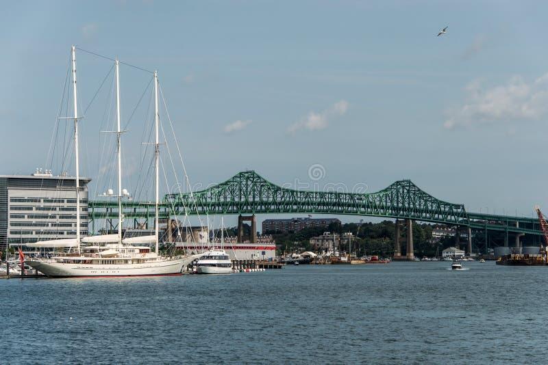 Le pont de Tobin à Boston mA, Etats-Unis et Athéna yacht de 295 pieds s'est accouplé au port de Boston photographie stock libre de droits