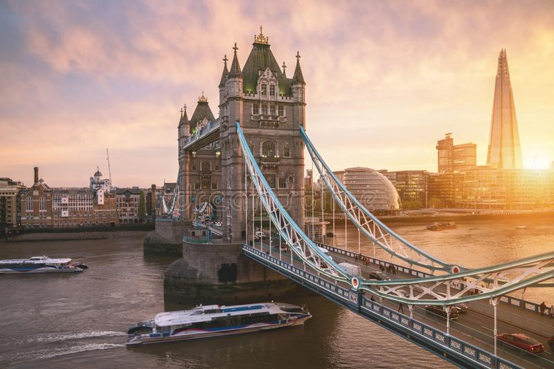 Le pont de tour de Londres au lever de soleil photos stock