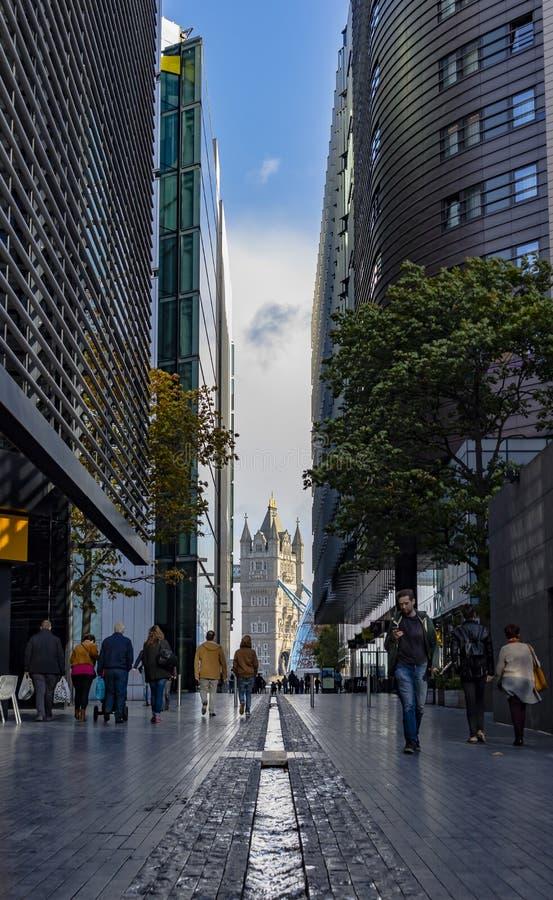 Le pont de tour par les gratte-ciel modernes de la ville image libre de droits