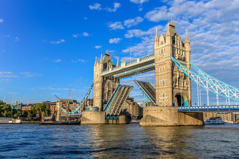 Le pont de tour, s'ouvrent pour laisser des bateaux  photo libre de droits
