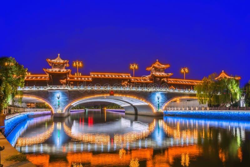 Le pont de voûte la nuit photographie stock libre de droits
