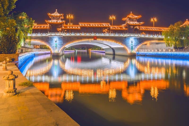 Le pont de voûte la nuit image stock