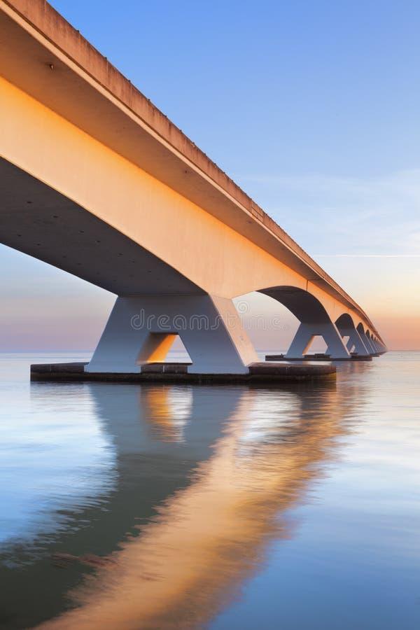 Le pont de Zélande en Zélande, Pays-Bas au lever de soleil image stock