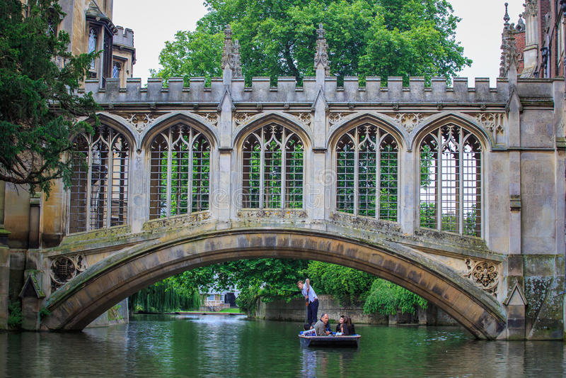 Le pont des soupirs à l'Université de Cambridge images stock