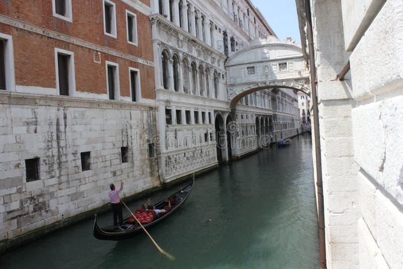 Download Le Pont Des Soupirs Et Un Gondolier Dirigeant Photo stock - Image du italien, antique: 45353558