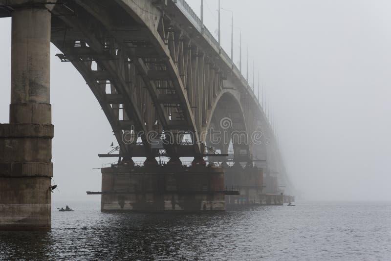 Le pont a disparu dans le brouillard Un brouillard épais image libre de droits