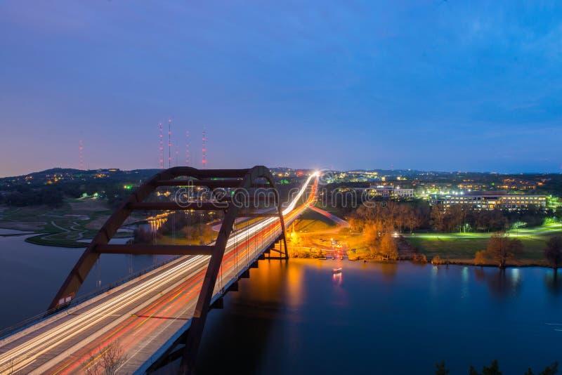 Le pont donnent sur au coucher du soleil photos stock