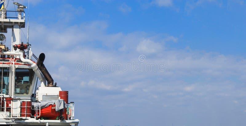 Le pont du capitaine sur le bateau images stock