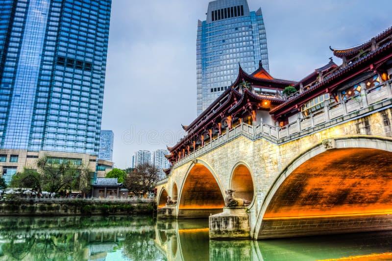 Le pont du ` s Anshun de Chengdu a juste allumé ses lumières images stock