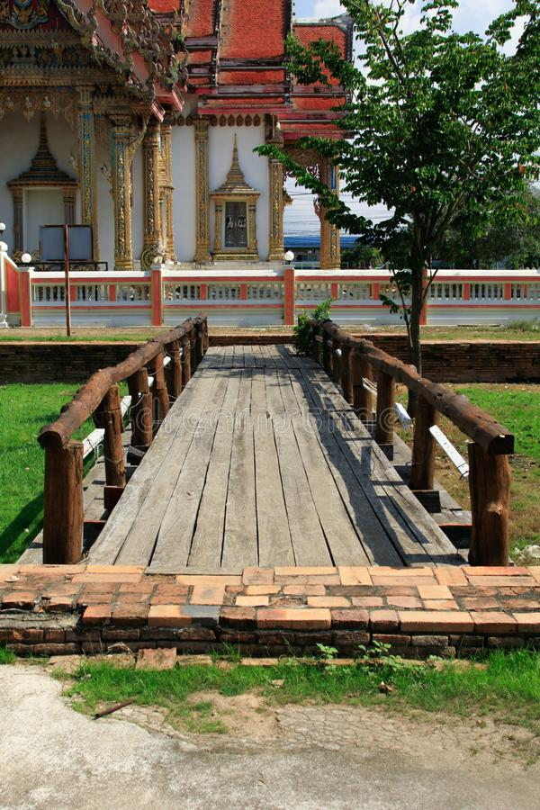 Le pont en bois dans le temple thaïlandais, Wat Chulamanee est un temple bouddhiste que c'est une attraction touristique importan images stock
