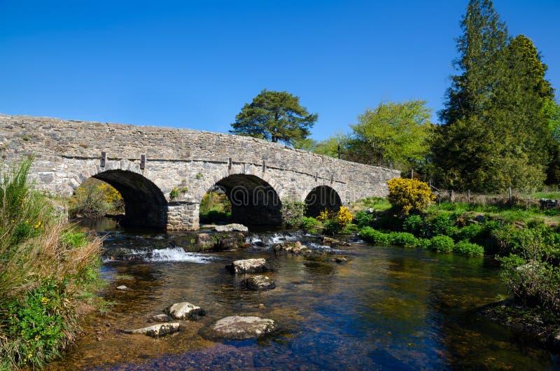 Le pont en pierre antique chez Postbridge, Angleterre images stock