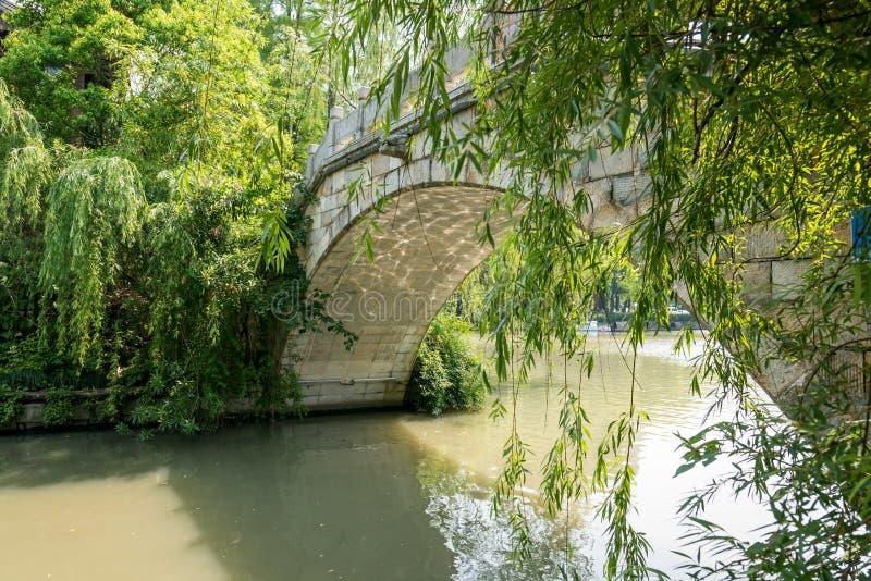Le pont en pierre de voûte en rivière de Qinghuai photographie stock