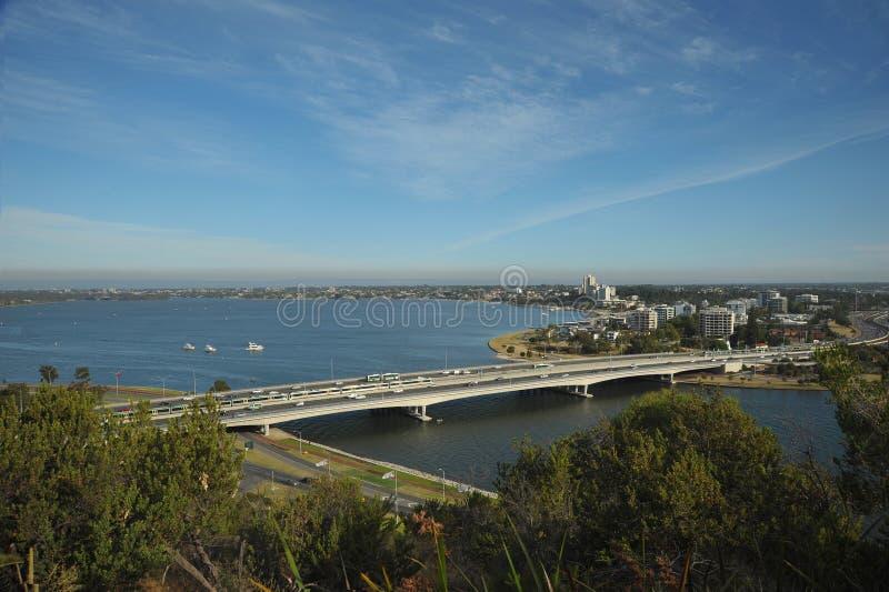 Le pont en route à travers l'eau mène le pont à île - étroits à Perth du sud photos libres de droits
