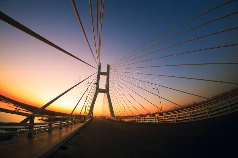 Le pont et le coucher du soleil photos stock
