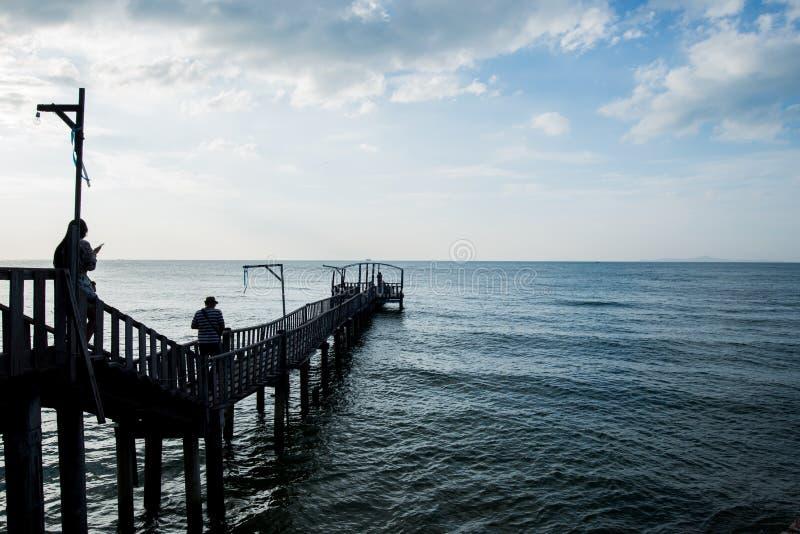 Le pont et le pavillion sur la mer avec des personnes marchent sur le pont photos stock
