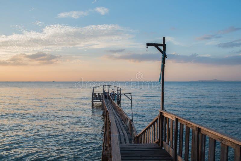 Le pont et le pavillion sur la mer avec des personnes marchent sur le pont photo stock