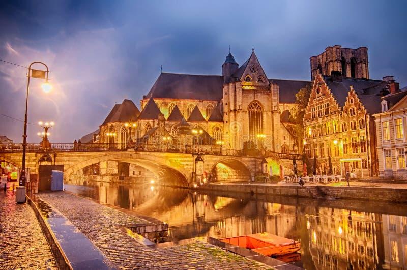 Le pont et les vieux bâtiments de St Michael au crépuscule au centre historique de Gand, Belgique photos libres de droits