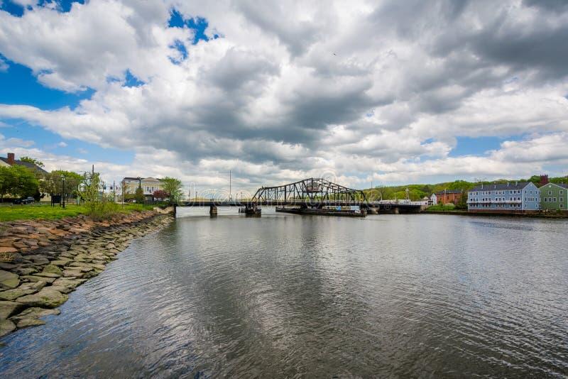 Le pont grand d'avenue au-dessus de la rivière de Quinnipiac à New Haven, le Connecticut images stock