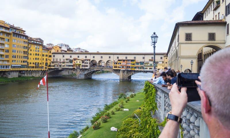 Le pont iconique de Vecchio à Florence au-dessus du fleuve Arno a appelé Ponte Vecchio - FLORENCE/ITALIE - 12 septembre 2017 photos stock