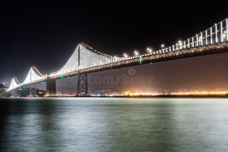Le pont lumineux de baie reliant San Francisco et Oakland photo stock