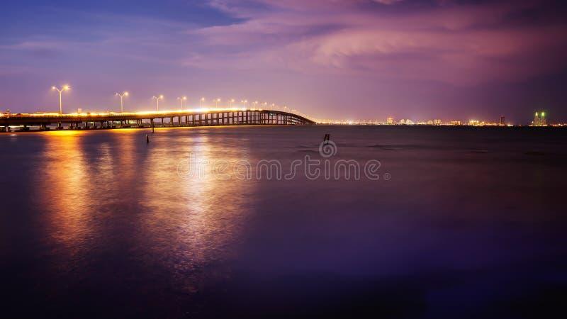Le pont mène à l'île du sud d'aumônier, le Texas au coucher du soleil image stock