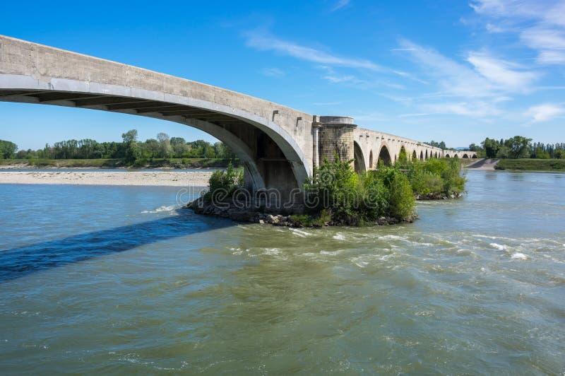 Le pont médiéval au-dessus du Rhône images stock