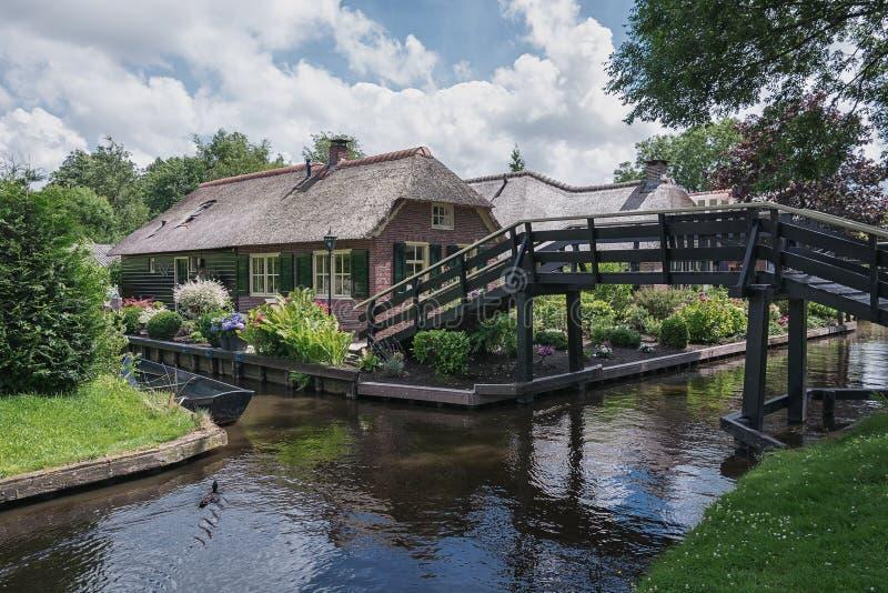 Le pont menant à la maison à travers le canal image libre de droits