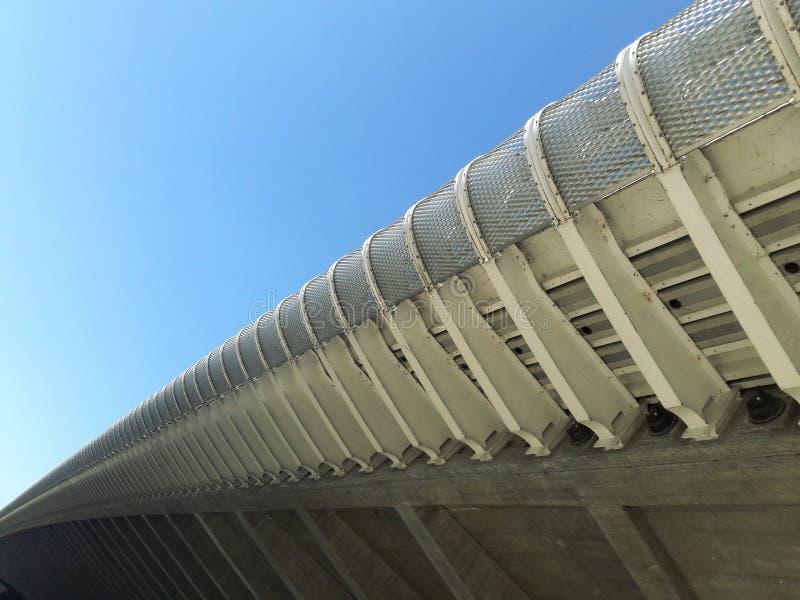 Le pont moderne d'architecture sous la route s'est rapporté au président de gauche de partie concernant le combat de libération d images stock
