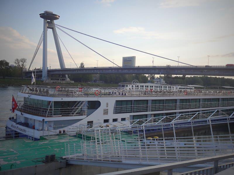 Le pont national slovaque de soulèvement à Bratislava images libres de droits