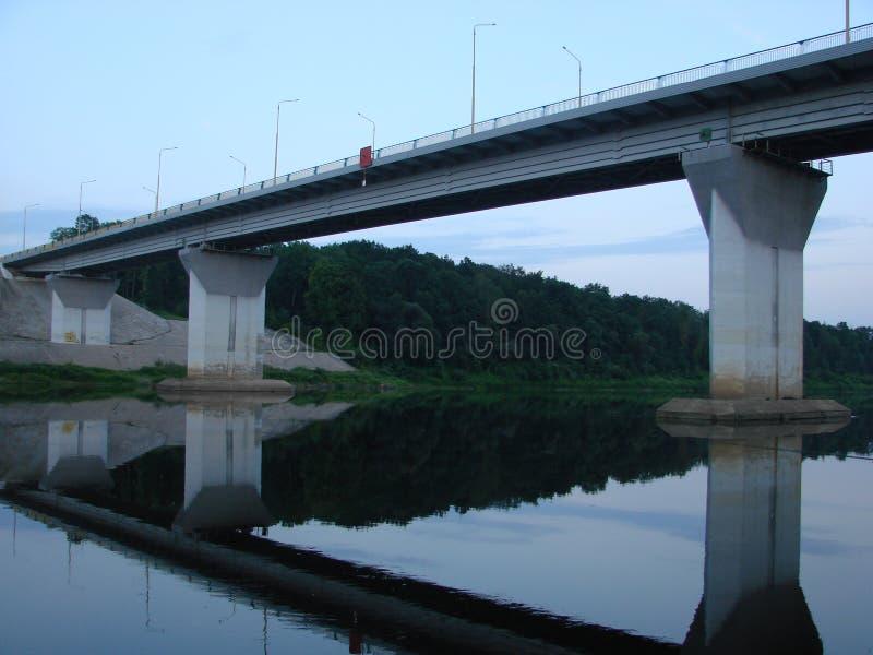 Le pont par la rivière Dvina occidental Belarus photographie stock