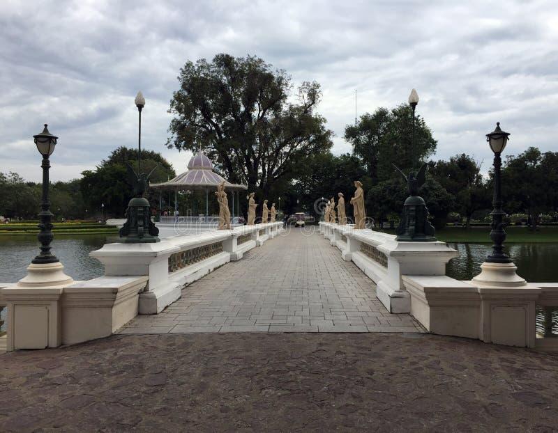 Le pont pour la croix le lac, support femelle de rangée de style romain de stuc sur le pont, PA de coup à Royal Palace photo stock