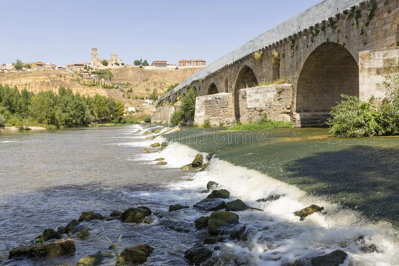 Le pont romain au-dessus de la rivière de Duero à côté de Toro photos libres de droits