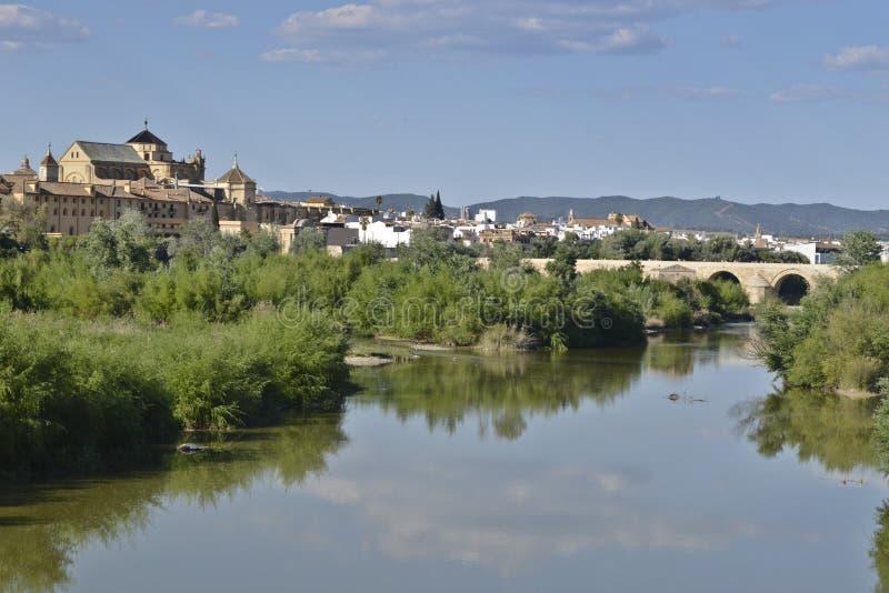 Le pont romain au-dessus du Guadalquivir les déchirent et grande mosquée derrière, cor images stock