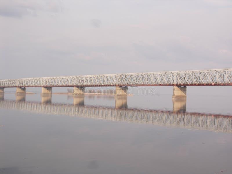 Le pont sur les périphéries de la ville de Tcherkassy photo libre de droits