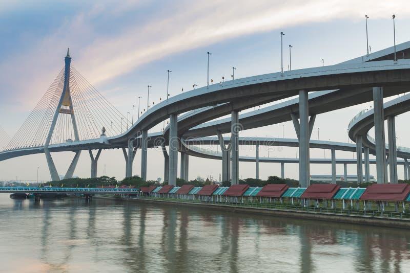 Le pont suspendu se relient à l'échange de route photographie stock libre de droits