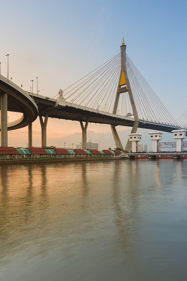 Le pont suspendu traversent plus de la rivière principale de Bangkok pendant le coucher du soleil, Thaïlande image libre de droits