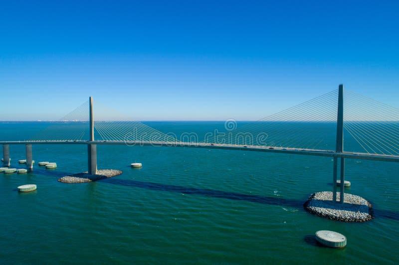 Le pont Tampa de Skyway de soleil a tiré avec un bourdon photo libre de droits