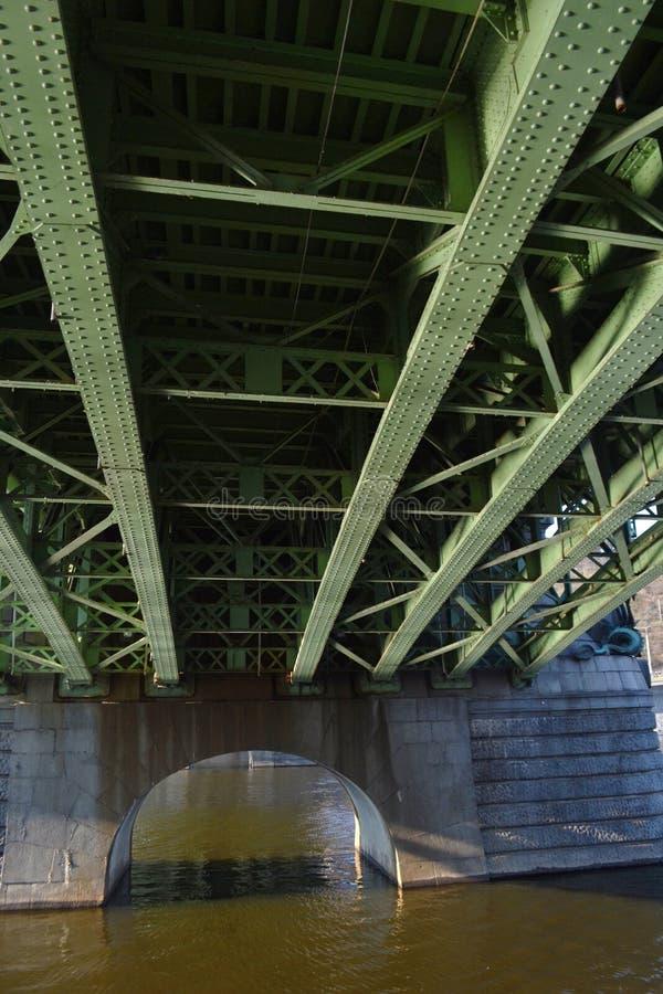 Le pont vert sur la rivière de Vltava vue de dessous photographie stock