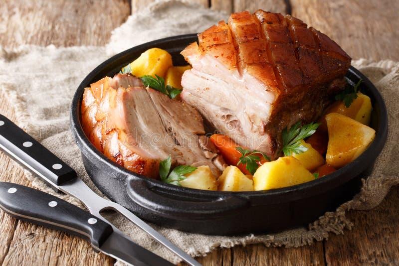 Le porc croustillant de recette allemande a servi avec des légumes et la fin de sauce au jus photos stock