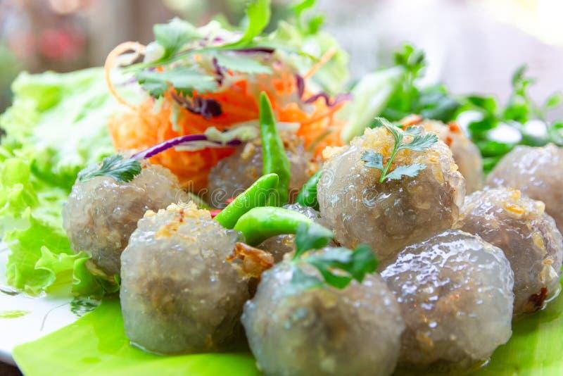 Le porc de sagou et toping frit et piments d'ail ont servi avec le légume du plat blanc de cercle, Kanom Saku Sai Moo foyer sélec photographie stock libre de droits