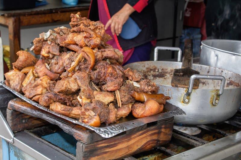Le porc frit, frit sur la rue dans une cuve est le plat national des Indiens en Amérique du Sud photographie stock libre de droits